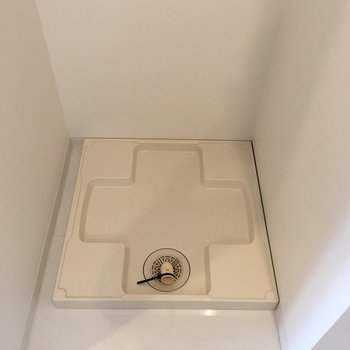 洗濯機置き場は玄関の横。(※写真は6階の同間取り別部屋のものです)