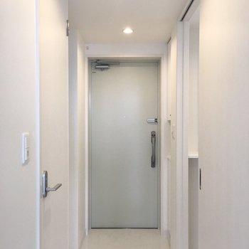 玄関は薄いミントグリーン。シューズボックスもありますよ。(※写真は6階の同間取り別部屋のものです)