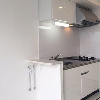 キッチンは横に可愛いカウンターが付いてます。(※写真は6階の同間取り別部屋のものです)