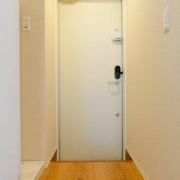 玄関には靴箱ありません。※写真は1階反転間取り別部屋のものです