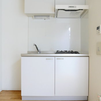 ちゃんと冷蔵庫スペースあるキッチン。※写真は1階反転間取り別部屋のものです
