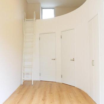 こちらを向くと、湾曲してるのです。ドアが3つ!※写真は1階反転間取り別部屋のものです