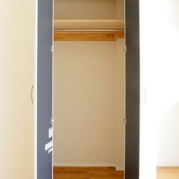 収納は冷蔵庫置場の隣のドア。※写真は1階反転間取り別部屋のものです