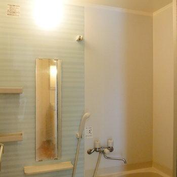 お風呂の壁も可愛い感じ。※写真は1階反転間取り別部屋のものです