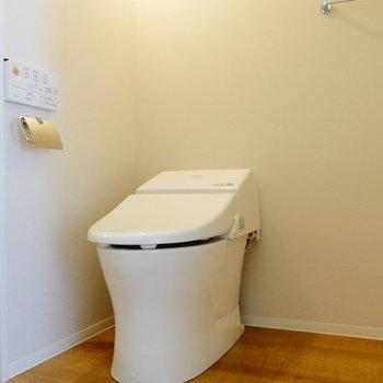 タンスレストイレはお風呂出た所に。洗面台のお隣に。※写真は1階反転間取り別部屋のものです