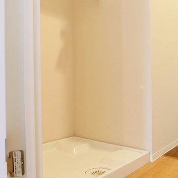 洋室出た所に洗濯機置場。※写真は1階反転間取り別部屋のものです