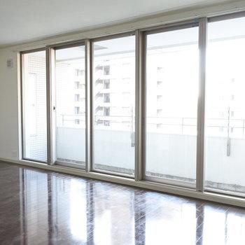 """大きな窓にからしっかり光がはいります。気持ちいい""""(※写真は7階の同間取り別部屋のものです)"""