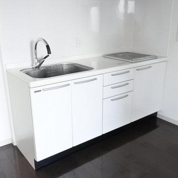 キッチンはIHでスタイリッシュに。ホワイトで清潔感もあり◎(※写真は7階の同間取り別部屋のものです)