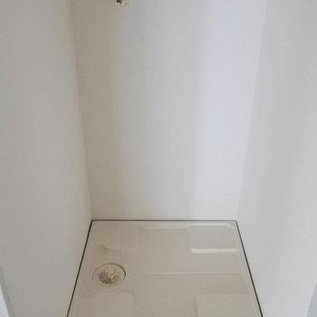 洗濯機は大きくても前に出るサイズなら大丈夫。(※写真は7階の同間取り別部屋のものです)