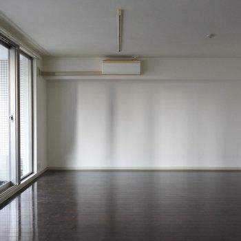 うーん、このエアコンでいけるのか、ちょっと不安になる。ほどの広さ。(※写真は7階の同間取り別部屋のものです)