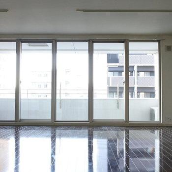 お洒落に白いバーチカルカーテンとか付けたいなあ。(※写真は7階の同間取り別部屋のものです)