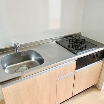 2口コンロで調理スペースもしっかり確保。冷蔵庫はキッチン左に置けます。