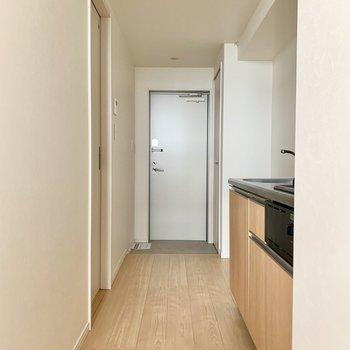 玄関と洋室を仕切る扉はないので突っ張り棒で暖簾を掛けたいところ。