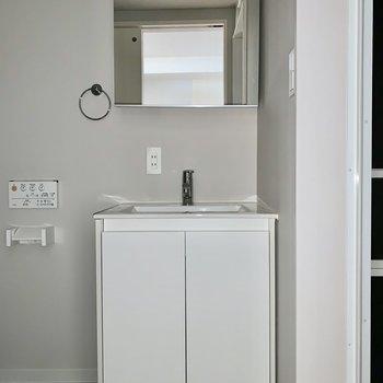 すっきりデザインの独立洗面台。(※写真はフラッシュ撮影したものです)