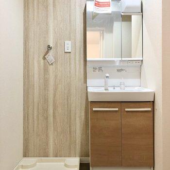 シュッとした洗面台と洗濯機置き場。脱衣所もナチュラルな空間です。