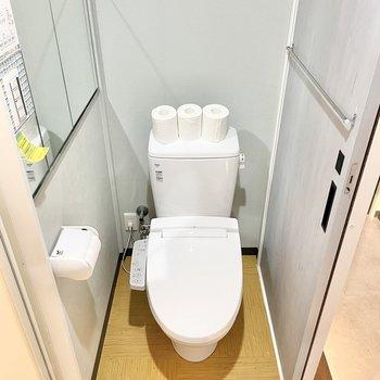 洗面台の向かいにはウォシュレット付きのトイレ。