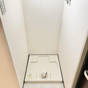 洗濯機置き場は玄関横に。