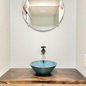 陶器の洗面台は和モダンなデザインに。