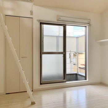 掃き出し窓の上に部屋干し用ツール付いています。