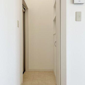 奥、突き当たり左に玄関扉あります。三和土や段差はありません!