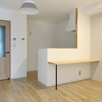 木目の建具が優しい〜◯(※写真は2階の同間取り別部屋のものです)