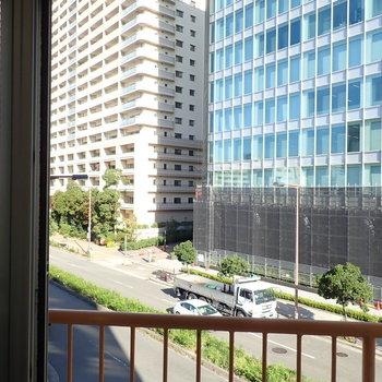 窓②】斜めになっているところの窓から。道路はまっすぐ伸びていて、なんだか開放感があります。