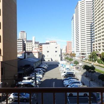 窓③】駐車場と青空!大通り沿いですが、窓を閉めるとそこまで車の音は気にならなかったです。
