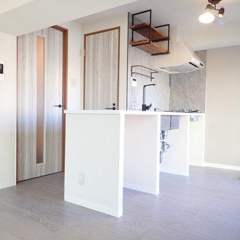キッチンは上部にブルックリンスタイルの棚があります。下はざっくりとした収納スペースになっています。