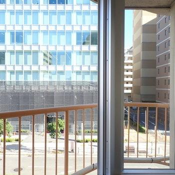 窓①】一番すみっこの窓からはお向かいの建物が。