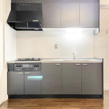 キッチンはシックな色合いに。