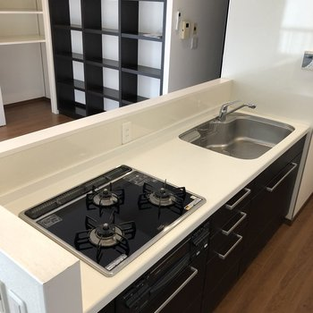 【LDK】3口ガスコンロで、グリルも付いているシステムキッチンです。作業スペースも確保されていて、スムーズにお料理ができそうですね。