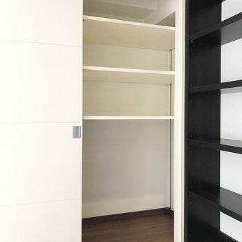 【LDK】本棚の横にクローゼットもあり、使い分けて保管することができそうですね。