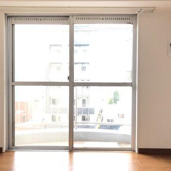 【洋室】洋室も日当たりがよく、眺望もいいんです。