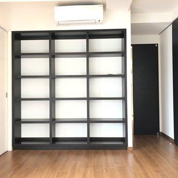 【LDK】収納も充実しています。黒のフレームがポイントの本棚もあります。