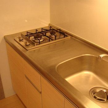 キッチンは2口コンロ。※写真は2階の同間取り別部屋のものです