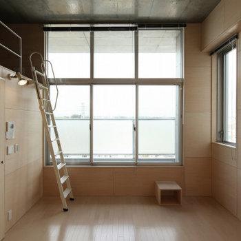 大きな窓から明るい光。※写真は2階の同間取り別部屋のものです