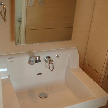 おしゃれな独立洗面台。※写真は2階の同間取り別部屋のものです