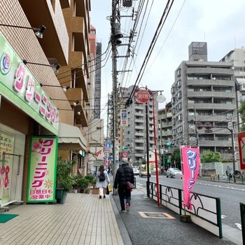 駅までの道には飲食店やコンビニが立ち並びます。