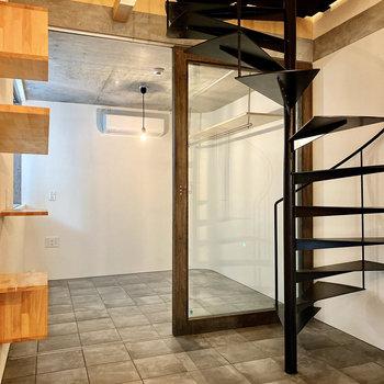 キャットウォークや螺旋階段が美しい。いざ2階へ。