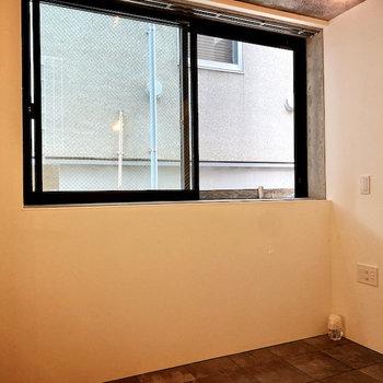 【洋室】窓際にベッドを置いたら自然光で気持ちよく起床できそうです。