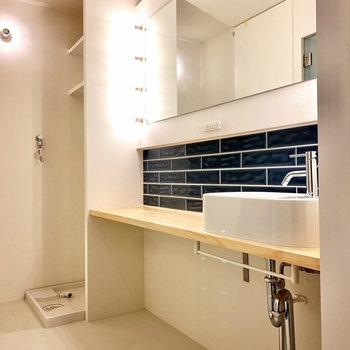 インディゴブルーのタイルがうくしい洗面台。鏡がとってもワイドです。