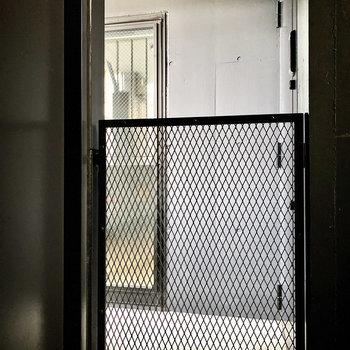 玄関前共用部。ブラックのクールな空間です。