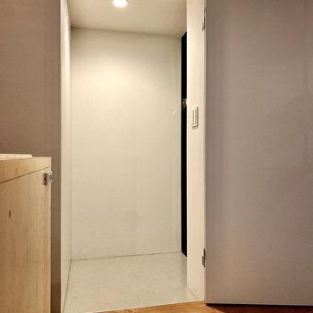 玄関はキッチン横にありますが、ドアでしっかりセパレートされています。