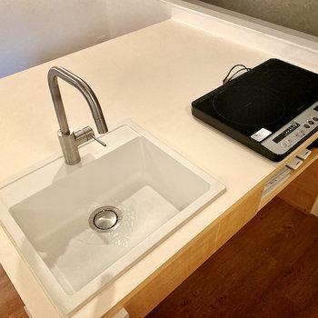 【LDK】2口IHコンロが設置済み。食材をカットしているときなどは下のスペースに入れて置けて便利です。