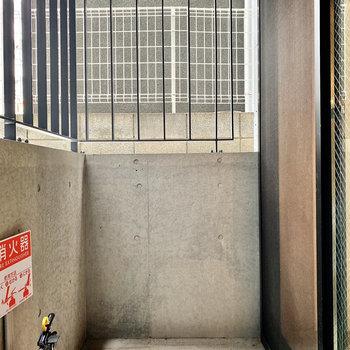 ベランダはコンクリートの無骨な空間。