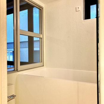 開放感のあるホワイトの浴室。乾燥機付きですよ。