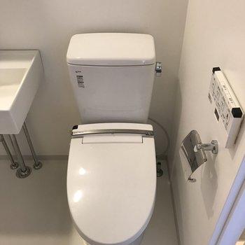 洗面台の隣は温水洗浄機能付きのトイレ。※写真は3階の同間取り別部屋のものです