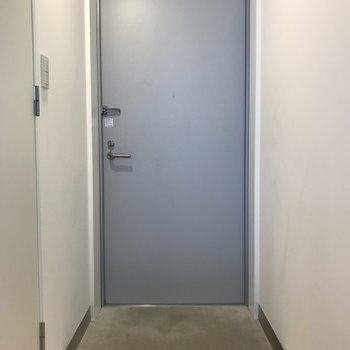 玄関はコンクリ床でいいですね。※写真は3階の同間取り別部屋のものです