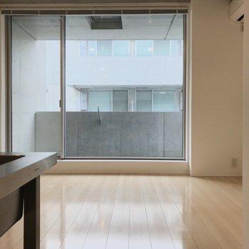 キッチンの方からバルコニーを。天井高くて窓が大きい!※写真は3階の同間取り別部屋のものです
