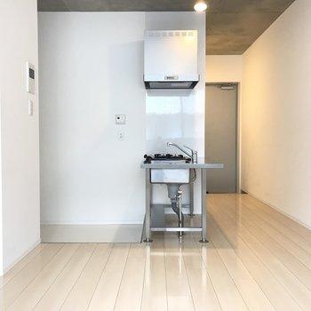 バルコニーからお部屋を望む。キッチンがやはり目立ちますね。※写真は3階の同間取り別部屋のものです